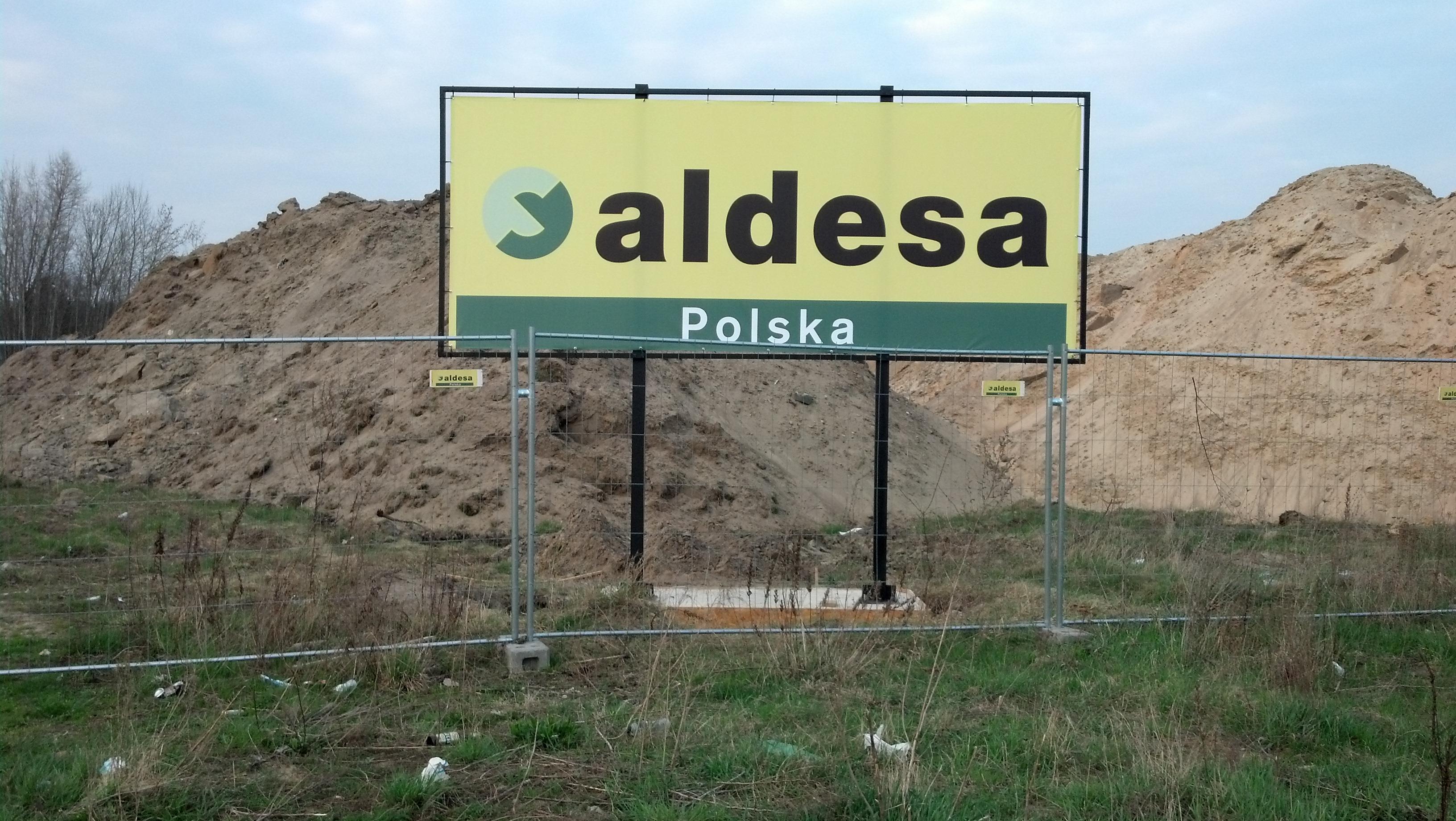 Baner odblaskowy i konstrukcja reklamowa na fundamencie Aldesa 2