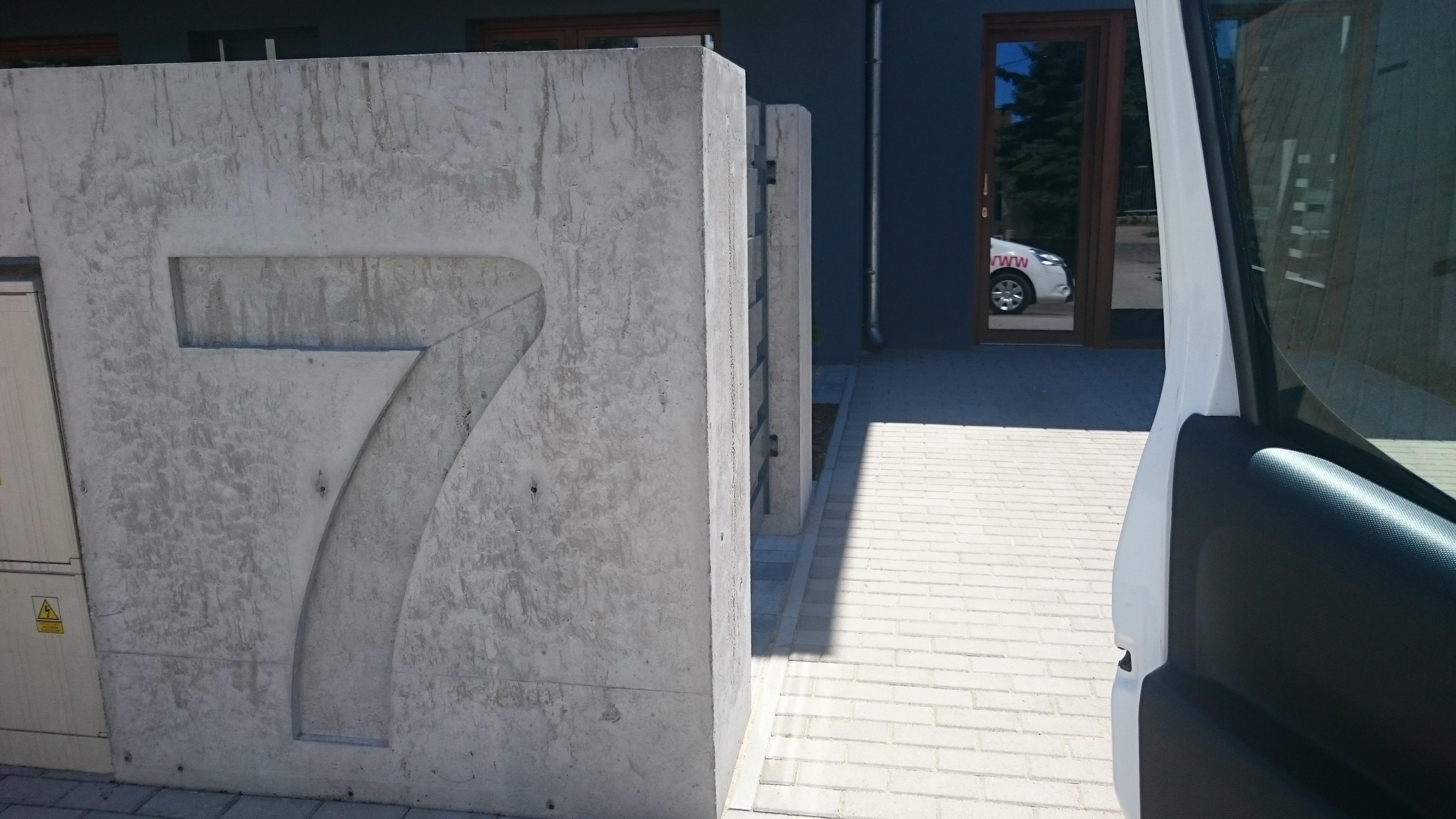 Oznakowanie wjazdu na posesję, beton lity