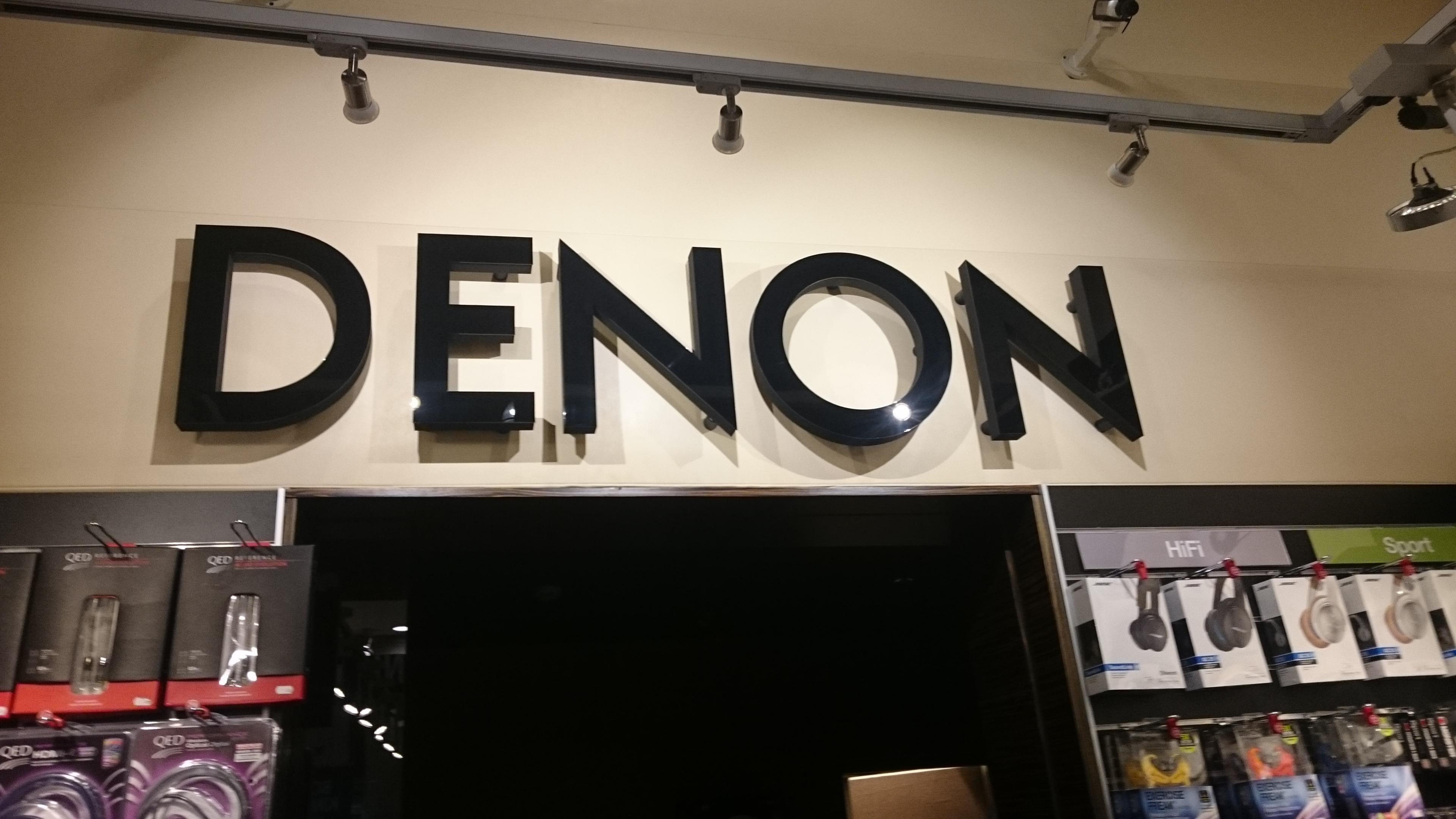 Oznakowanie salonu firmowego Denon. Plexi + styrodur. Montaż na dystansach.