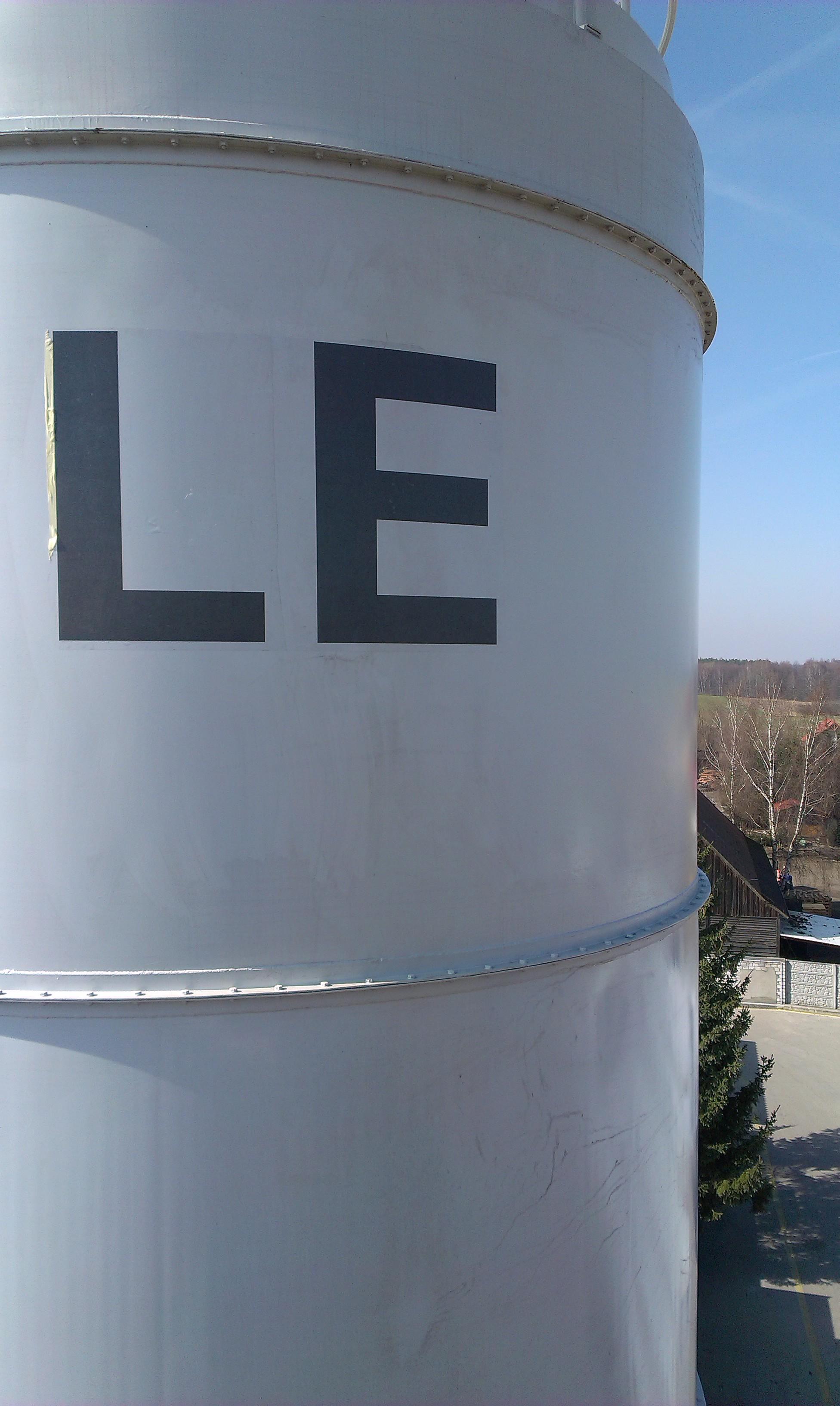 Montaż liter na silosie fabryki. Wysokość liter 160 cm.